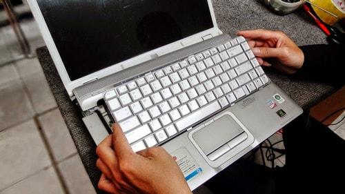 thay ban phim laptop co den
